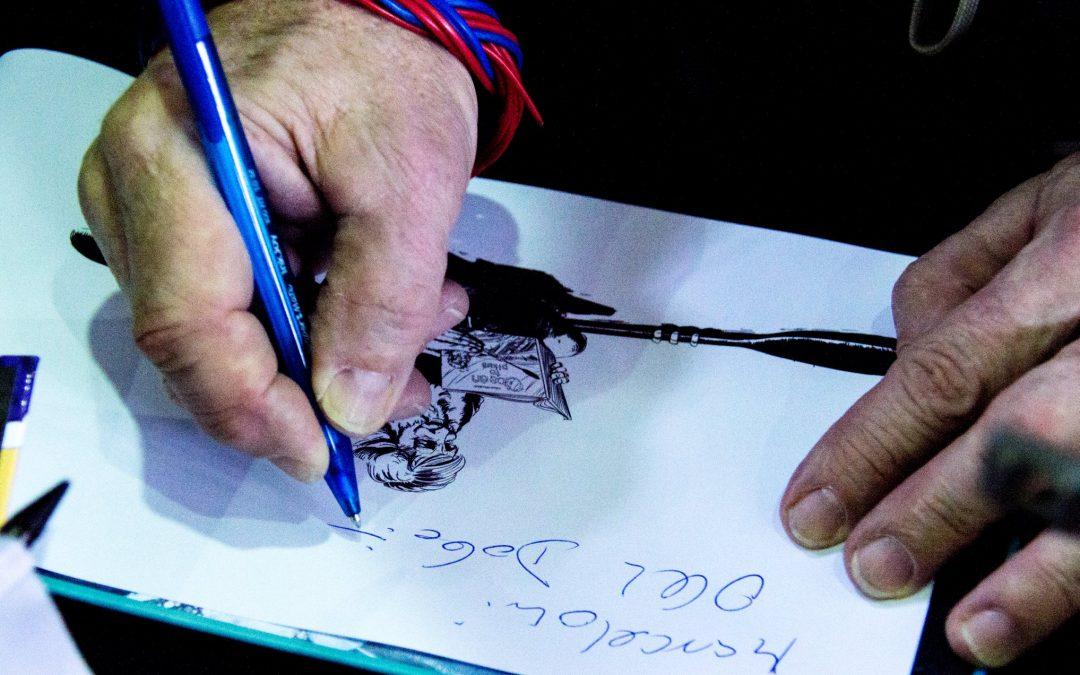 Aleksander Doba podpisuje książkę, której jest bohaterem